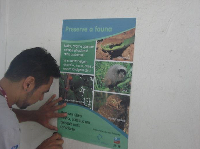 Cartazes com temáticas de educação ambiental afixados em locais públicos e canteiro de obras