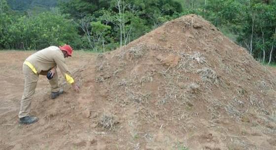 Equipe de arqueologia examinado o Top soil retirado quando da instalação do canteiro de obras da PCH Fortuna II