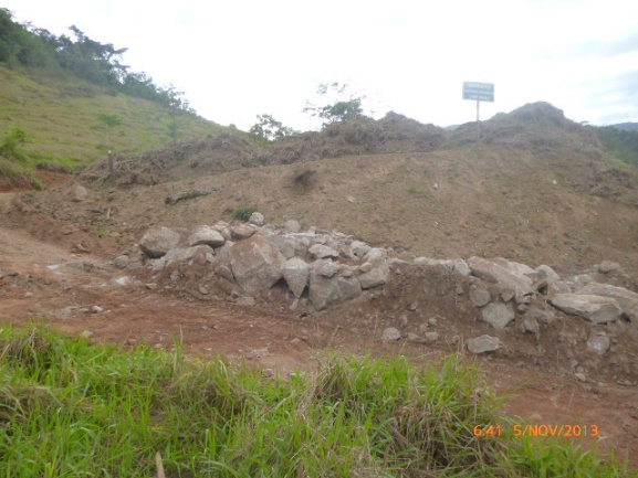Proteção com rochas na base do estoque de top soil